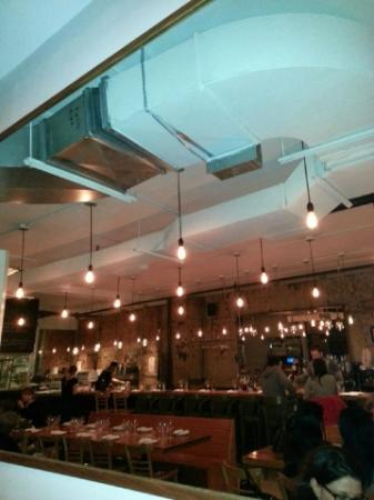 Lighting and urban loft factory decor picture of la for Salle a manger montreal restaurant