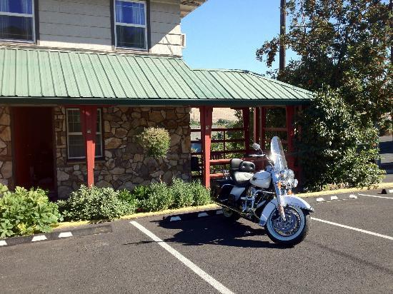 Rugged Country Lodge: We love motorcyclists & they love our outdoor rooms!