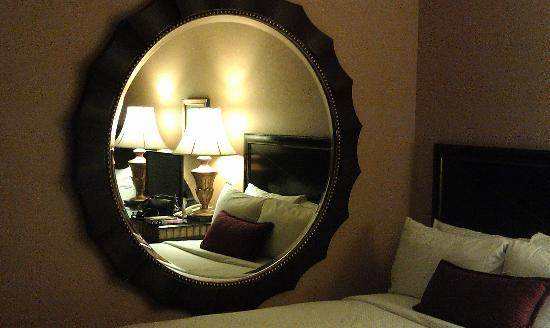 InterContinental Chicago: Mirror in room