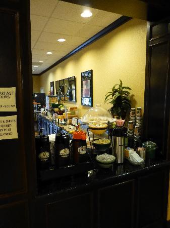 La Quinta Inn & Suites Vicksburg : Breakfast bar
