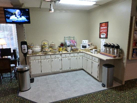 Econo Lodge Corinth: Breakfast bar