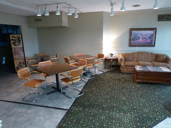 Econo Lodge Corinth: Breakfast sitting area