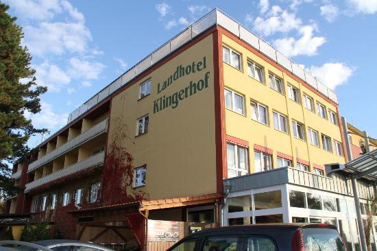 Landhotel Klingerhof: 3 Stories L-shaped hotel on hilltop