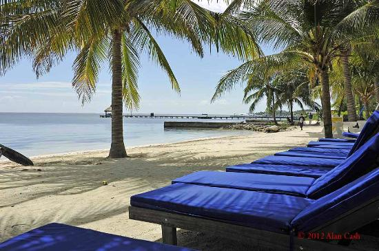 Caribbean Villas Hotel: Lounge chairs on the beach