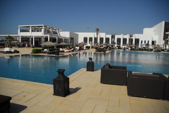 """Sofitel Agadir Thalassa Sea & Spa: piscine et son bar, vue de notre """"lit piscine"""""""