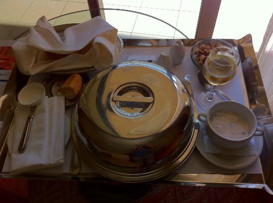 Gefinor Rotana Hotel: room service! the food was good. I got chicken biryani