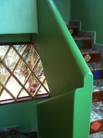 Zicatela Suites: The colourful wall and beautiful tiled stairs
