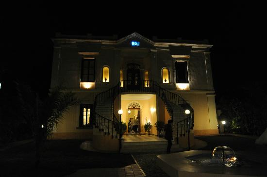 Halepa Hotel: Hotel by night