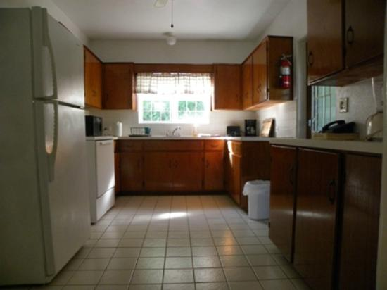 Brightside Guest Apartments: Family Cottage : Kitchen