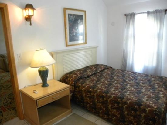 Brightside Guest Apartments: Large Family Cottage: Bed room