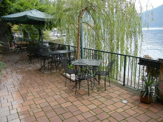 Nest On The Lake: Patio - right on the lake!
