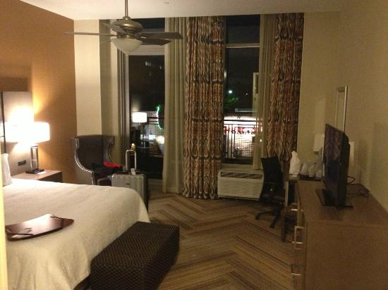 Hampton Inn & Suites Austin at The University/Capitol: Room 207 w. balcony overlooking El Mercado