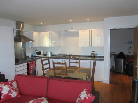 By the Bridge Apartments: salotto con angolo cucina