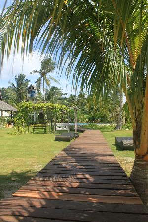 Island Dream Palm Paradise Resort: Wooden foot path & wood deck for viewing the ocean w/c connects to swimming pool.