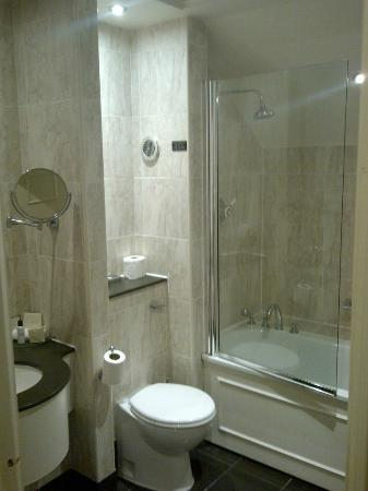 Wood Hall Hotel & Spa: Bathroom (partial view)