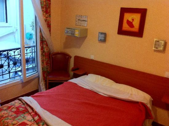 Hotel de la Place des Alpes: camera alla partenza (letto disfatto x quello)