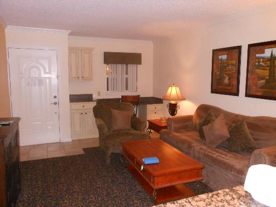Orlando Courtyard Suites: living room