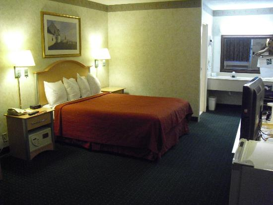 Motel 6 Groton: spacious room