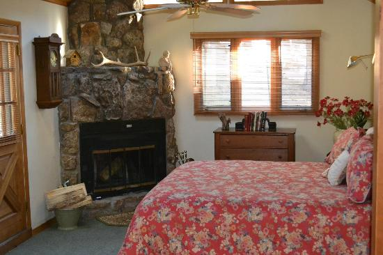 Romantic Riversong Bed and Breakfast Inn: Chiming Bells