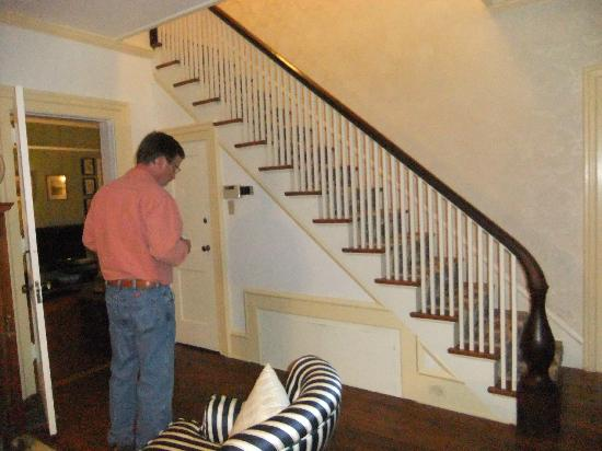 Orchard House Bed and Breakfast: Entry staircase