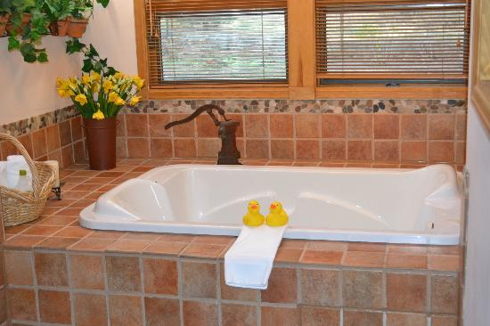 Romantic RiverSong Bed and Breakfast Inn: tub for two