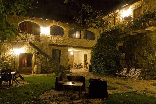 Dogliani, Italia: Esterno notturno
