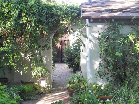 El Presidio Inn Bed and Breakfast: Entrance to the courtyard