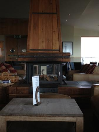 Machynys Bar and Brasserie: wood burning fire lovely on cold day to sit on sofa with friends