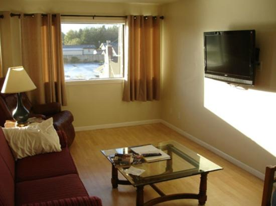 The #1 Coastal Inn and Suites: Living Room