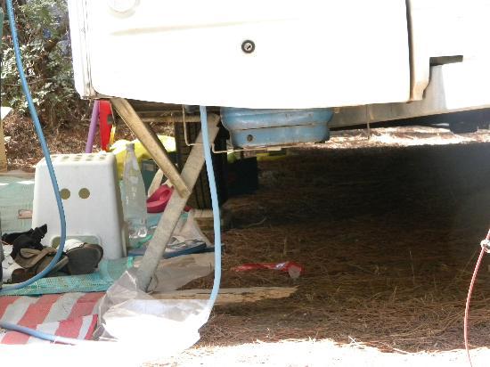 Camping Maremma Sans Souci: Particolare roulotte sollevata per renderla in piano