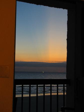 Tropical Winds Oceanfront Hotel: sunrise from room