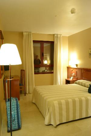 Hotel Pamplona Plaza: standard double, comfortable beds