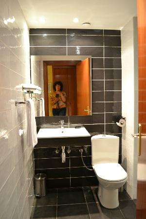 Hotel Pamplona Plaza: Bathtub and shower, immaculately clean, no hair dryer