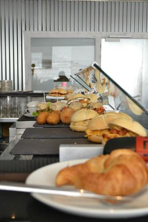 Hotel Pamplona Plaza: bocadillas at the diner counter, inexpensive and fabulous