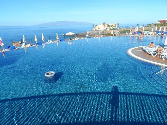 Bahia Principe Costa Adeje: The infinity pool in other part of hotel