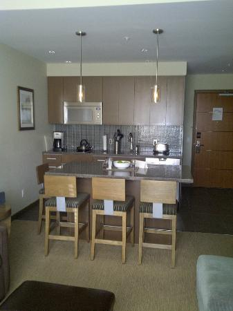 The Sutton Place Hotel Revelstoke Mountain Resort : Breakfast bar and kitchenette