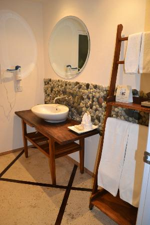 La Mariposa Hotel: Bathroom in room 53... super happy with this room! Comfortable, clean, updated!