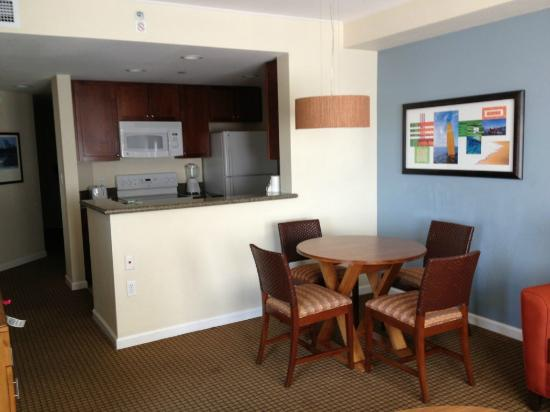 Wyndham Oceanside Pier Resort: Kitchen and dining area