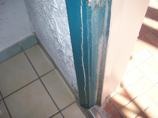 Casa Loma Inn: broken door frame, front door