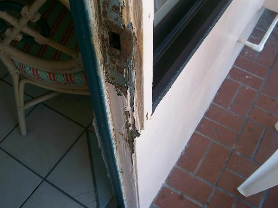 Casa Loma Inn: broken rotted door frame