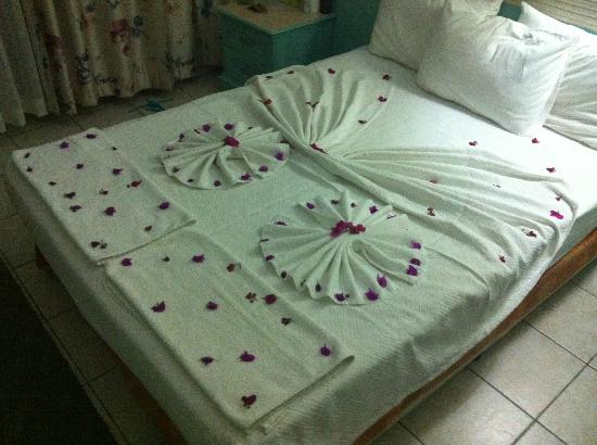 Efendi Hotel: Bed decoration
