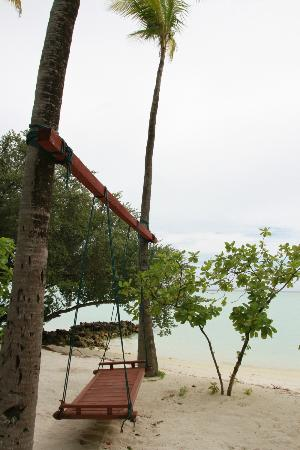 Rihiveli by Castaway Hotels & Escapes : The swing at Sunrise Island