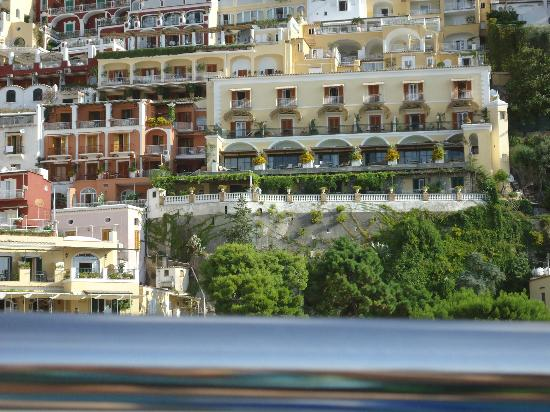 ‪أوتل بوكا دي باكو: View of Hotel Buca di Bacco from Boat to Capri