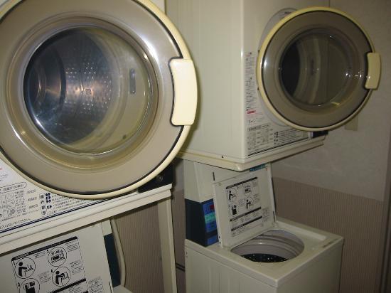 Smile Hotel Asahikawa : 洗濯機と乾燥機