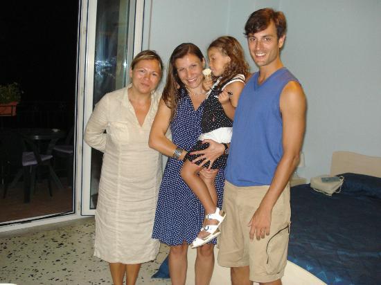 B&B Fronte Del Mare: ANA y su niña amorosas con nuestros hijos