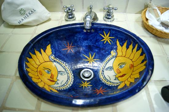 Mahekal Beach Resort: The bathroom sink; amazing artistry