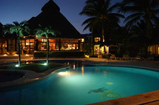 Mahekal Beach Resort: Restaurant/pool at night
