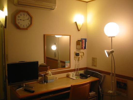 Toyoko Inn Asahikawa Ekimae Ichijo-dori : 大きな時計と明るいライト