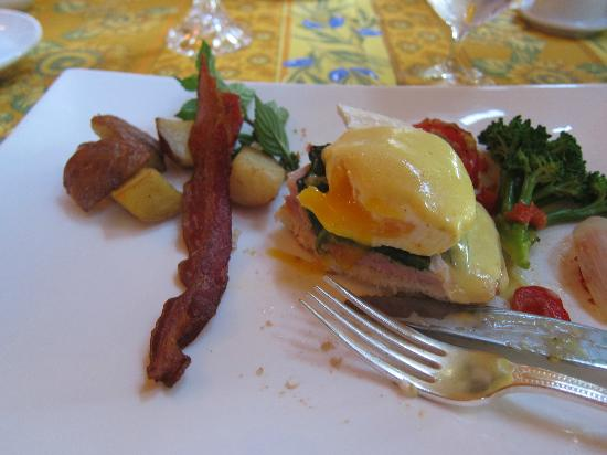 L'Auberge Provencale Bed and Breakfast: Breakfast :)