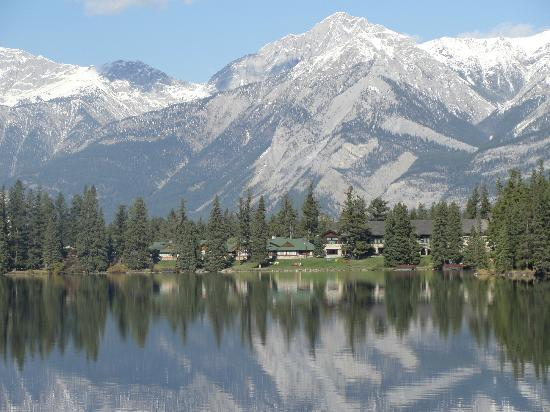 Fairmont Jasper Park Lodge: Lodge on the lake